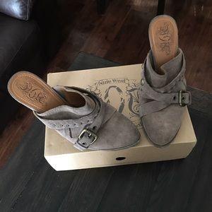 Women tan shoe